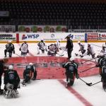 8.31 Laget värmer hemma i Löfbergs Arena medan materialarna och övrig personal förbereder och packar allt som ska med… Foto: Marie Angle/fbkbloggen
