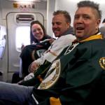 21.20 Vi är uppe i luften igen! Hängivna supportrarna Ingalill , Anders och Mattias njuter av segern sötma! Foto: Marie Angle/fbkbloggen