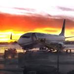 12.52 Vi har landat på Luleå flygplats, och bakom planet håller solen just på att gå ned(!). Foto: Marie Angle/fbkbloggen