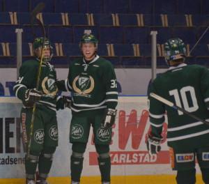Målskytten Joel Eriksson Ek gratuleras av sina lagkamrater, den assisterande Felix Arnqvist samt Oliver Kylington. Foto: Robin Angle/fbkbloggen