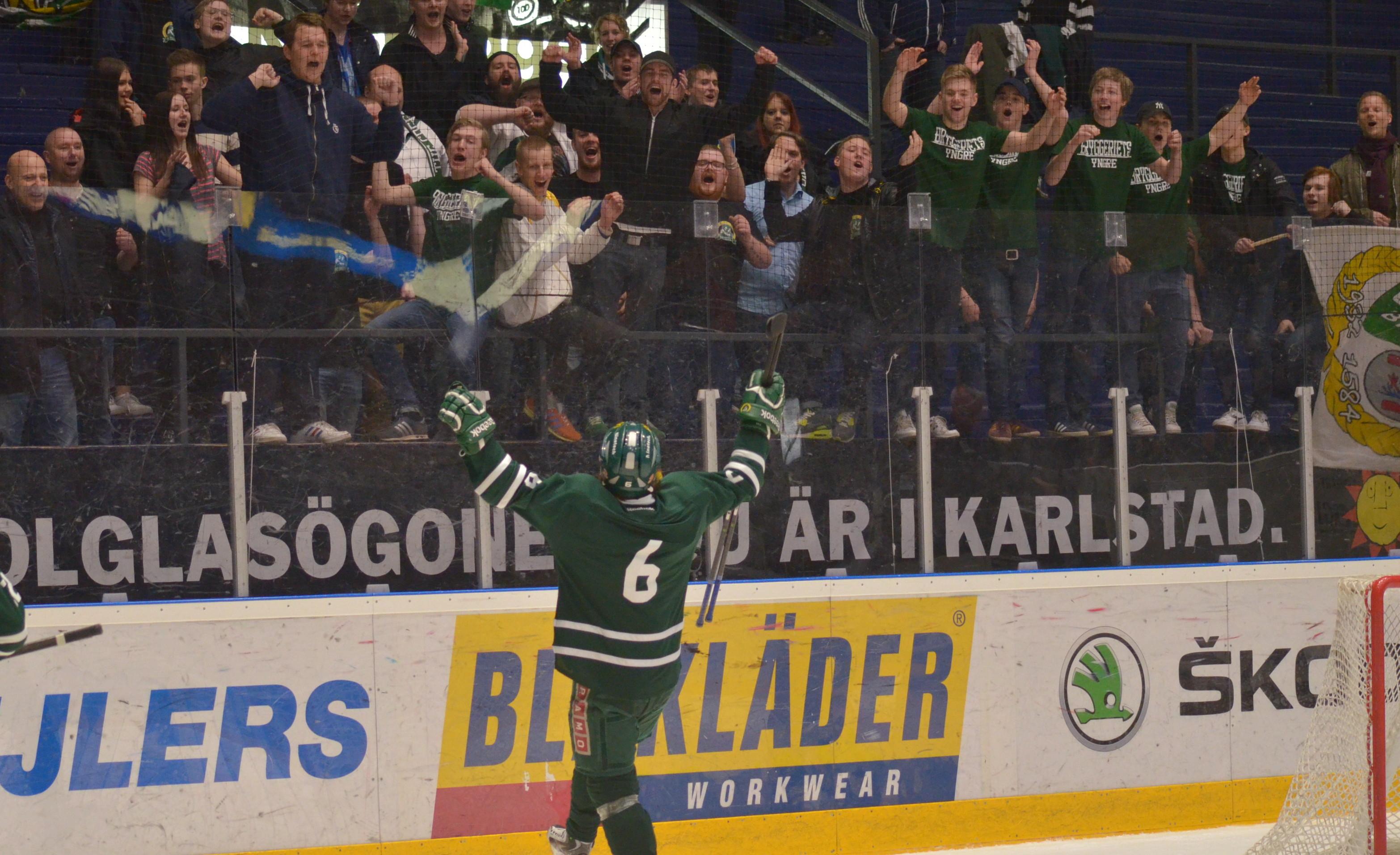 David Lennartsson tackar ståplatspubliken efter matchen. Foto: Robin Angle/fbkbloggen