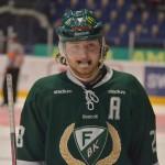 """Centern Oscar Odd, tillika assisterande lagkapten, """"jonglerar"""" med tandskyddet Foto: Robin Angle/fbkbloggen"""