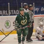 Inget mål den här gången, dock. Förstakedjan med Persson, Olofsson och Dahlbom hade några riktigt vassa lägen men fick lämna isen poänglösa den här kvällen. En styrka dock, att hela laget producerar. Foto: Robin Angle/fbkbloggen