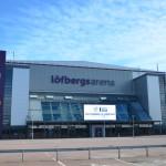 Löfbergs Arena badar i sol denna härliga söndagseftermiddag i underbara april  - men vi ska gå inomhus för att kolla träning... (Dags att byta ut skylten, btw!) Foto: Joakim Angle/fbkbloggen
