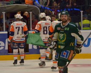 Nöjd Milan Gulas firar med grön flagga medan besvikna Växjöspelare lämnar isen efter semifinalförlusten i våras. Räkna med ett revanschsuget Växjö i Strömstad! Foto: Robin Angle/fbkbloggen