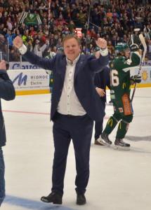Segerrusig Leif Carlsson sträcker armarna i vädret!  Foto: Robin Angle/fbkbloggen