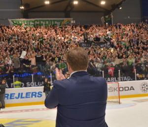 På presskonferensen efteråt hyllade Leif Carlsson den fantastiska publiken som hejade fram laget, och alla de som varit laget troget under en tuff säsong.  Foto: Robin Angle/fbkbloggen