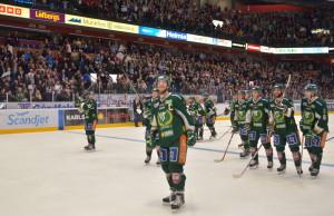 Kapten Tollefsen och hans mannar tar emot publikens jubel efter semifinalsegern. Magisk stämning i den fullsatta arenan, vilket också Tolle lyriskt konstaterar. Foto: Robin Angle/fbkbloggen