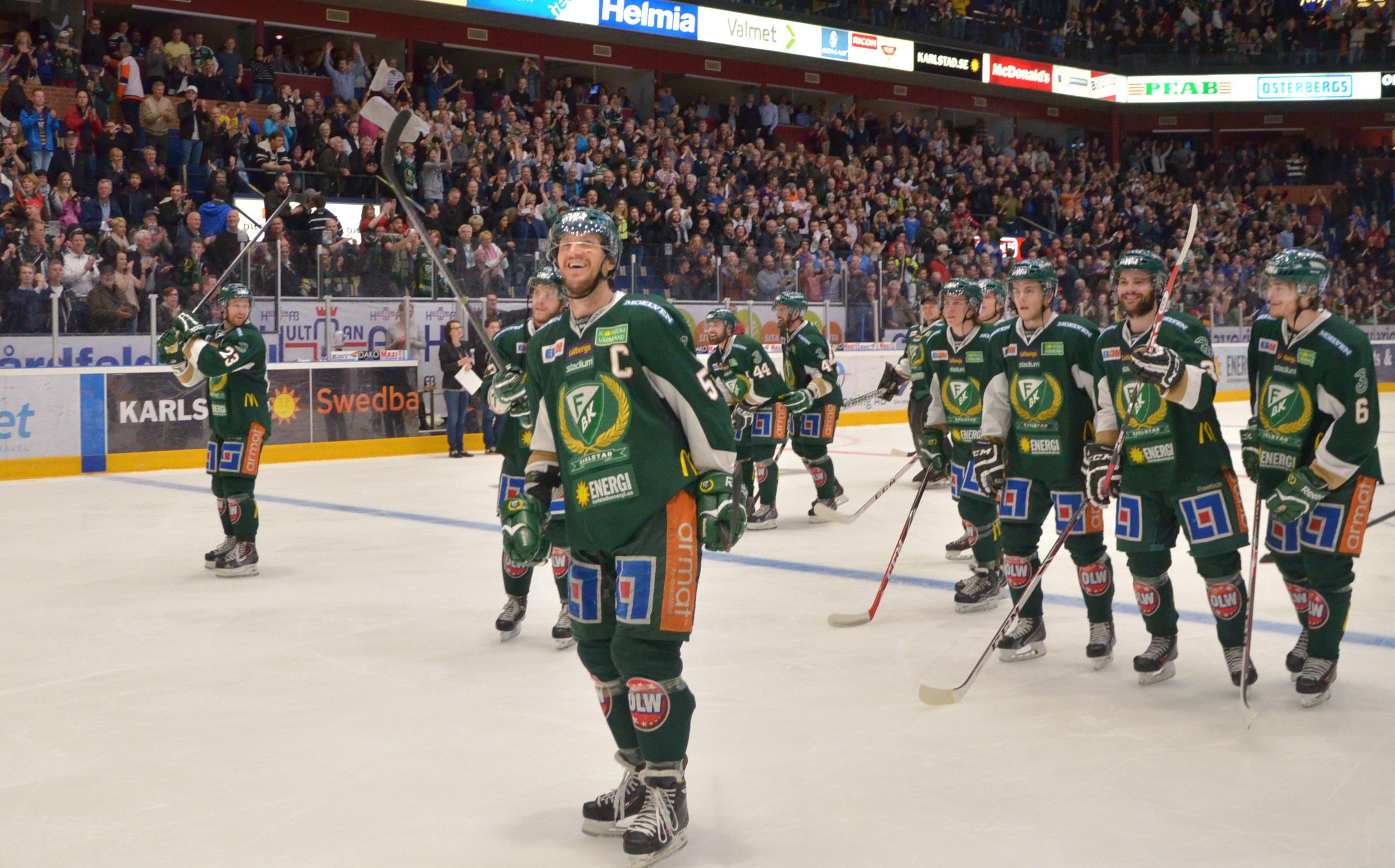 Kapten Tollefsen och hans mannar tar emot publikens jubel efter semifinalsegern.  Foto: Robin Angle/fbkbloggen