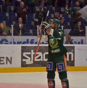 Rickard Wallin hyllar publiken hemma i Löfbergs Arena - idag är det vår tur att hylla honom. Foto: Robin Angle/fbkbloggen