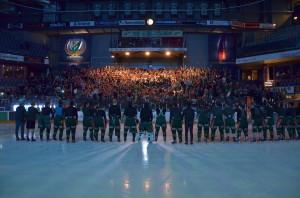 Vilken härlig inramning! Hela hallen stöttade och hejade, och spelarna var lyriska efteråt. Här är laget inkallat för ytterligare hyllningar. Foto: Robin Angle/fbkbloggen