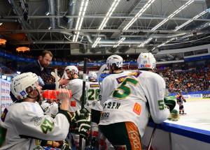 Häng i nu grabbar! FBK taktiksnackar under Växjös timeout. Foto: Joakim Angle/fbkbloggen
