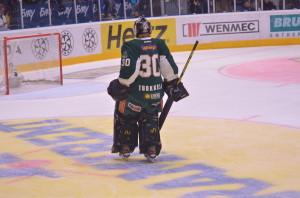 Pekka Tuokkola in efter 1-5, 11.31in i tredje perioden. Inte lätt att komma in kall mot Skellefteås bålgetingar, men finnen gör det bra och släpper inte någon puck bakom sig.  Foto: Robin Angle/fbkbloggen