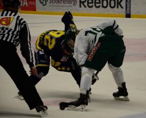 Centern Rasmus Asplund tekar mot HV/1:s Gustaf Franzén i förra årets JSM-final. Dit vill han och kollegan Joel i år igen, dock med en annan utgång... Foto: Joakim Angle/fbkbloggen