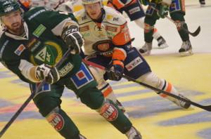 Fartfyllt och grinigt - bra slutspelshockey om än inget finlir. Foto: Robin Angle