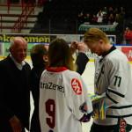 Kapten Johan Dahlbom är först ut att få ta emot sin silvermedalj. Applåderas av tillresta ståplatssupportrar i bakgrunden. Joakim Angle/fbkbloggen