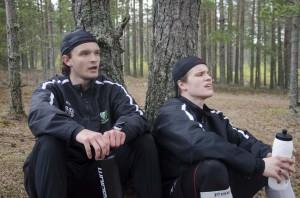 Johan Olofsson och Christoffer Forsberg andas ut efter försäsongspremiären i Sörmons berömda grusgrop. Foto: Robin Angle/fbkbloggen