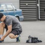 Joakim Hillding knyter dojorna under en de mycket uppskattade fyra minuter långa pauserna
