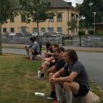 Vätskepaus. Träningen hölls på baksidan av Löfbergs Arena, utanför spelaringången. I bakgrunden ser vi den legendariska gamla herrgårn som tidigare inhyste FBK:s kansli. Foto: Marie Angle/fbkbloggen