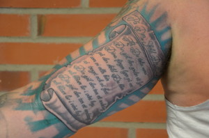 """Senaste tillskottet: """"Skölden"""" på underarmen, högtidligt omfattad av en snygg ram Foto: Joakim Angle"""