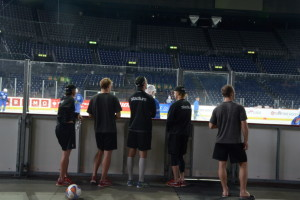 Spelarna, på väg ut för att  varva ned med lite fotboll, kollar in kvällens motståndare, ZSC Lions, som värmer efter dem. Foto: Joakim Angle/fbkbloggen