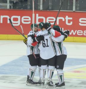 Milan och resten av killarna på isen firar hans mål och den viktiga segern Foto: Joakim Angle/fbkbloggen