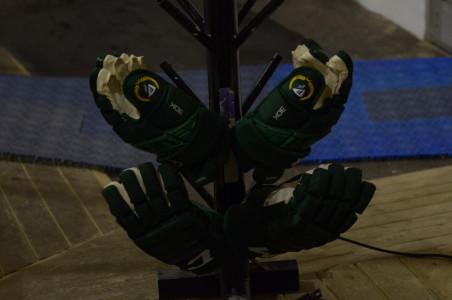 Svettigt värre i säsongspremiären... Än så länge doftar det inte alltför illa av de här handskarna... Foto: Joakim Angle/fbkbloggen