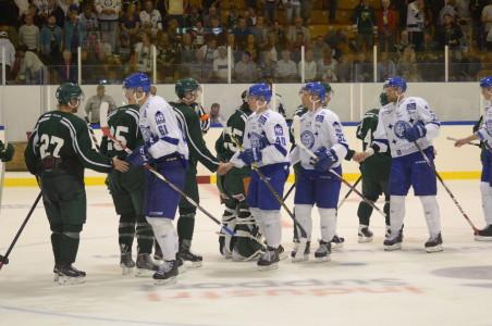 Spelarna tackar varandra för matchen. Hockeyn är het: kul med en riktigt stor publik på plats i Arvika idag. Även om vi inte fick någon officiell publiksiffra kom det mer folk än vad arrangörerna hade räknat med, och hallen var i princip fylld till sista plats. Foto: Joakim Angle/fbkbloggen