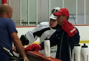 Clas Ericsson kollade till sonen och hans lagkamrater. Joa Hellsten, i röd keps, är ny målvaktstränare i juniorlagen. Foto: Marie Angle/fbkbloggen