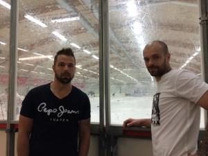 Milan Gulas och Jakub Klepis kom ut och tittade på träningen en stund. Klepis, som innan inte visste att klubben har ett damlag, förhörde sig om om laget och vilken division det spelar i. Foto: Marie Angle/fbkbloggen
