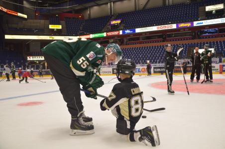 Sidney Crosby får lite råd på vägen av Ole-Kristiann Tollefsen. Inte varje dag det händer! Eller?