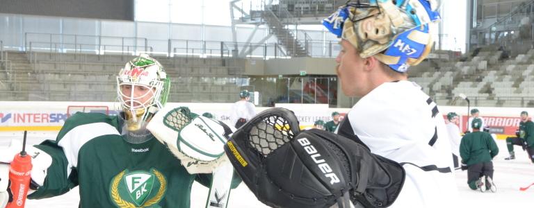 Målvaktsparet Pogge och PW  tar en vätskepaus under en av träningarna i Alberg Schultz Eishalle i Wien under CHL-turneringen.   Foto: Joakim Angle/fbkbloggen