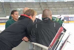 Spindeln i nätet, alltid med i båset: Här tillsammans med Tommy Samuelsson i Albert Schultz Eishallen i Wien under lagets roadtrip. Foto: Joakim Angle/fbkbloggen