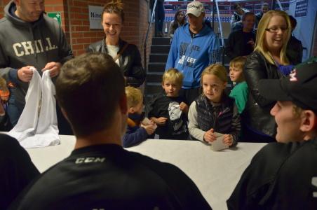 """""""Men, det är ju du som är på min tröja!"""" Härligt möte mellan kapten Tollefsen och ungt fans! Och precis just det som allt handlar om... Foto: Robin Angle/fbkbloggen"""