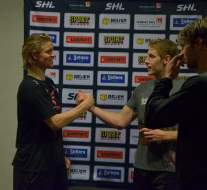 Max Görtz träffar gamla lagkompisarna i spelargången efter matchen Foto: Robin Angle/fbkbloggen