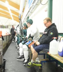 Det finns alltid en materialare på plats i båset under träning ifall spelarna behöver hjälp med något. Foto: Marie Angle/fbkbloggen