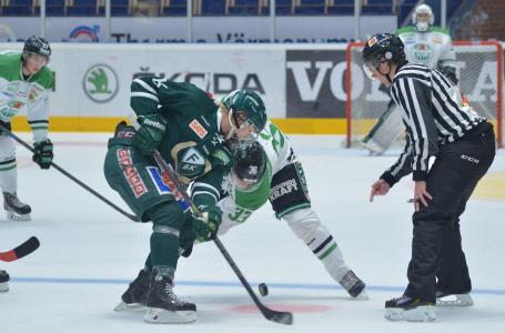 Lovande centern Rasmus Asplund, som nyligen debuterade i A-laget, tekar.
