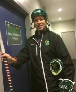 Staffan Lundh - som givetvis följer påbudet om hjälm även för ledarna på isen! Foto: Marie Angle/fbkbloggen