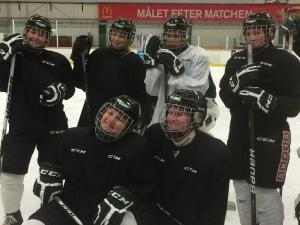 Bra go i laget och en härlig men beslutsam stämning på isen, konstaterar både vi som står bredvid och tjejerna själva. Foto: Marie Angle/fbkbloggen