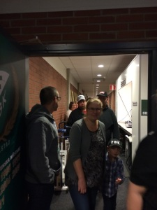 Coach Samuelsson själv fanns förstås på plats i omklädningsrummet för att prata med nyfikna fans. Här hälsar han några välkomna åter!