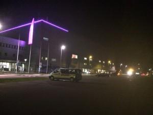 Midnatt, och slamsugarbilarna jobbar fortfarande för fullt utanför Löfbergs Arena. Foto: Marie Angle/fbkbloggen