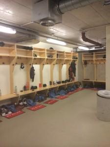 Bortalagets omklädningsrum i Alberg Schultz Eishalle. Betydligt mer spartanskt än hemma i Löfbergs Arena... Foto: Marie Angle/fbkbloggen