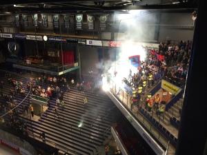 Bottenrekord i arenan idag: 1121 besökare. En stor klick av de tillresta Vålerenga-fansen levde rövare på läktaren och en person togs av polis efter pyro-spektaklet strax före nedsläpp. Lägg därtill ett stort, internt slagsmål under matchen.  Foto: Marie Angle/fbkbloggen