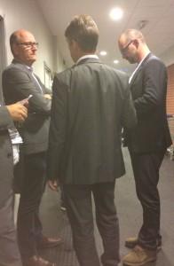 """Peter Andersson och Bo """"Kulon"""" Lennartsson med flera konfererar hur man ska lösa den uppkomna situationen. Foto: Marie Angle/fbkbloggen"""