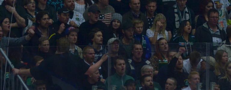 Ett fantastiskt jobb av Färjestadsklacken i lördags! Sjöng och stöttade hela matchen, trots underläge och förlust. Foto: Joakim Angle/fbkbloggen