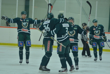 Jesper Alasaari gör viktiga 3-1 och kramas om av lagkamraterna Foto: Joakim Angle/fbkbloggen