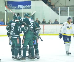 195 cm Ejdsell firar kvitteringsmålet med sina lagkamrater Foto: Joakim Angle/fbkbloggen