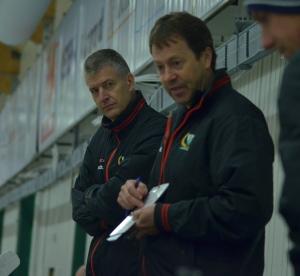 Head coach Staffan Lundh och hans assisterande, Lars Karlsson och Andreas Dahlström, tar beslutet om vilken eller vilka spelare som ska få chansen när behov finns i A-laget. Foto: Joakim Angle/fbkbloggen