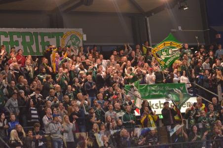Härligt drag i hallen! Leif Carlsson hyllade publiken efteråt - se separat inlägg med filmad intervju Foto: Robin Angle/fbkbloggen