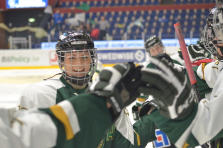 Julia Pettersson firar kvällens första mål, som gjordes av kedjekompisen Lisa Östman.